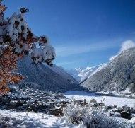 5 - - Cogne a m. 1534 s.m., situata ai piedi del Gran Paradiso (mt.4061) è una stazione climatica alpina molto ricercata. La sua favorevole esposizione riparata dai venti del nord, le conferisce un clima temperato, secco e costante.
