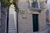 18 - La Casa di Giulietta Bed and Breakfast a Castelmezzano-La Casa di Giulietta si trova nel cuore del borgo antico di Castelmezzano, dove è possibile effettuare il Volo dell'Angelo. La struttura è ubicata nelle vicinanze del fortilizio Normanno. Fu costruita agli inizi del 1900 da Antonio Campagna (detto P'nponio), al suo ritorno dagli Stati Uniti, dove, come molti altri Italiani, era emigrato nella seconda metà del 1800 e dove, in epoche diverse, fino agli anni '60, emigrarono anche i suoi figli ed i suoi nipoti, per i quali La casa di Giulietta è sempre stata la casa del ritorno. Una di queste nipoti, Giulietta, appunto, la rilevò e, insieme al marito, la ristrutturò agli inizi degli anni '70.