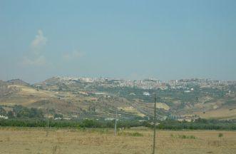 1 - Panorama di Montescaglioso- Montescaglioso è uno dei principali centri abitati della Provincia di Matera per popolazione, economia e patrimonio storico ed ambientale. Situata ad un'altezza di circa 365m sul livello del mare, conta circa 10.000 abitanti concentrati in un unico nucleo urbano.