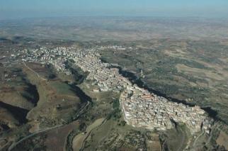 1 - Prov. di Matera - Irsina Con 262 km² di superficie territoriale, Irsina è il secondo comune in Basilicata dopo a Matera (388 km²). È situata ad un'altitudine di 548 m s.l.m. in posizione dominante la valle del Bradano