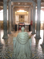 130 -Il cosiddetto -Succorpo- o cappella Carafa nella Cattedrale di Napoli - I lavori per la realizzazione -al disotto del presbiterio- di una cripta dove custodire le reliquie di San Gennaro furono completati nel 1506. La cappella, detta anche Succorpo, è divisa in tre navate, è interamente rivestita di marmi scolpiti, ed è decorata con pavimenti policromi, altorilievi, sculture e oggetti sacri, tra cui proprio il vaso contenente le ossa del Santo.