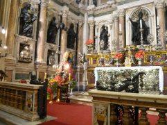 128 - Napoli - Cappella-del-Tesoro-di-San-Gennaro - Il cancello e il pavimento disegnati dal Fanzago, i marmi pregiati, le sculture di scuola berniniana, gli argenti lavorati, l'altare del Solimena, i numerosi affreschi e pitture e le nicchie che custodiscono il busto d'argento e le ampolle col sangue di San Gennaro rendono la cappella una vero e proprio gioiello artistico, un concentrato di capolavori dall'inestimabile valore. Secondo studi fatti da un pool di esperti che hanno analizzato tutti i pezzi della collezione, il tesoro di san Gennaro sarebbe addirittura più ricco di quello della corona d'Inghilterra della regina Elisabetta II e degli zar di Russia.