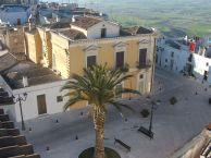 12 - Palazzo CaldoneNella piazza antistante l'abbazia due edifici significativi di inizio secolo XIX, ambedue appartenuti a due rami distinti della famiglia Caldone. Nel Rione Torre Vetere, la aprte pi
