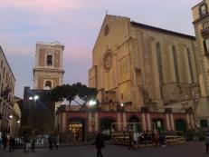 13 - Napoli. Nei pressi di Piazza del Gesù a Napoli si trova la Basilica di Santa Chiara una affascinante chiesa che mescola l'architettura barocca e quella gotica