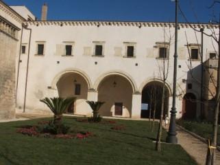 15 - Abbazia di San Michele. L'Abbazia benedettina di S. Michele Arcangelo a Montescaglioso- giardino interno