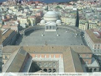 29 - Napoli-Piazza Plebiscito. è senza dubbio la piazza più nota di Napoli, ma anche la più grande e la più rappresentativa. Il nome della piazza celebra il Plebiscito con cui il 21 ottobre 1860 l'Italia Meridionale, l'allora Regno delle due Sicilie, si univa al Piemonte dei Savoia.