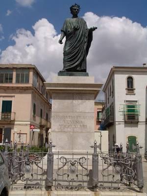 21,1 - Venosa monumento ad Orazio