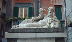 """51 - Napoli -Piazzetta - La statua del Nilo - Da oltre duemila anni la Piazza conserva questa denominazione e insieme alla statua, anche se i napoletani preferiscono chiamare questo lugo """"Corpo di Napoli"""" perché si erge proprio nel cuore del centro antico."""