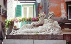 """52 -Napoli - È molto antica la Statua del Dio Nilo, conosciuta come il """"corpo di Napoli"""", che si trova all'inizio di Spaccanapoli all'angolo con via Nilo."""