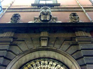 54 - Napoli- Palazzo del Monte di Pietà-particolare del portale d'ingresso- Gli affreschi all'interno sono avvolti da cornici di stucco dorato, mentre le tre sale, adibite un tempo per le aste, e la Cappella accolgono il Museo che custodisce arredi e dipinti del Banco di Napoli e una collezione di oggetti liturgici