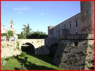 39- Venosa -Castello Aragonese- Fu costruito nel 1470 per ordine del duca Pirro del Balzo, nel punto ove sorgeva l'antica Cattedrale e, ancor prima, vi era un sistema di cisterne di età romana, i cui resti sono osservabili nel cortile del castello. Nel seicento, il castello da fortezza fu trasformato in dimora signorile da Carlo ed Emanuele Gesualdo. Ha una pianta quadrata, con torri a forma di cilindro ed è circondato da un fossato mai riempito d'acqua. Al suo interno vi sono la Biblioteca Comunale e il Museo Archeologico.