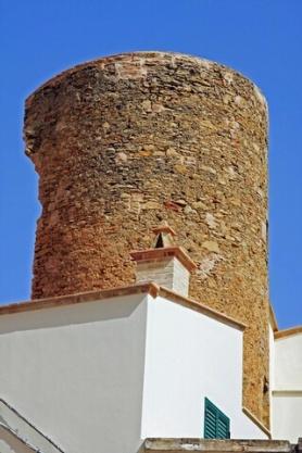 35 - Torre Bruni- torre cilindrica, ritenuta antichissima, anche se se ne ignora la data di costruzione.