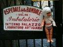 68 - Napoli Ospedale delle bambole - C'è un luogo straordinario alla fine di Spaccanapoli, un Ospedale delle Bambole che dal 1840 si prende cura dei giochi preferiti delle bambine. Se da piccoli avete avuto qualche problema a guardare film horror in cui la protagonista era una bambola assassina, magari limitatevi a guardare l'ospedale dalla vetrina