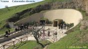 46 - Le CATACOMBE EBRAICHE di VENOSA (Pz- Le catacombe ebraiche sono situate sulla collina della Maddalena, in una zona periferica di Venosa. Datate tra il III e il VII secolo d.C. secondo la documentazione epigrafica, furono scoperte nel 1853 e divennero oggetto di studio sistematico a partire dal 1974, grazie anche all'opera di Cesare Colafemmina. Sono composte da una serie di corridoi lungo i quali si possono ammirare sepolture e iconografie ebraiche. Accanto a tali catacombe, vi è un'altra struttura che ospita quelle cristiane, costituendo una testimonianza di convivenza pacifica tra ebrei e cristiani.