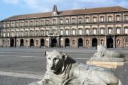 37- Napoli- Piazza del Plebiscito. Palazzo Reale - All'interno oltre all'Appartamento Reale, la Cappella Reale, i giardini e il Teatrino di corte, tante altre cose che seguono si possono ammirare.