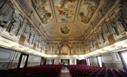 43- Napoli. Il Teatro di Corte del Palazzo Reale - Dato che, per questioni di decoro, i viceré non potevano recarsi a teatro, nel 1768 Ferdinando Fuga allestì un teatrino di corte nella Gran Sala.
