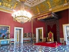 45 - Napoli- La sala del trono a Palazzo Reale - Nella Sala del Trono il re accoglieva i suoi ospiti. Essa è riconoscibile, oltre che dalla presenza del trono stesso, dai ritratti, alle pareti, di personaggi realmente esistiti tra il Seicento e l'Ottocento.