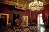 46 - Napoli- La sala del trono a Palazzo Reale - Il baldacchino di velluto rosso risale al Settecento, mentre il trono, con i leoni in stile impero sotto i braccioli, è databile intorno al 1850.