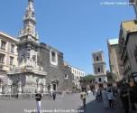 8- Napoli- Piazza-del-Gesù-Nuovo- Nata per caso, mentre la città si ampliava verso occidente, Piazza del Gesù è una delle piazze più importanti di Napoli. La piazza si apre all'improvviso lungo il percorso di Spaccanapoli, svelando in un solo colpo d'occhio i tre gioielli: la Chiesa del Gesù Nuovo, l'Obelisco dell'Immacolata e il Monastero di Santa Chiara.
