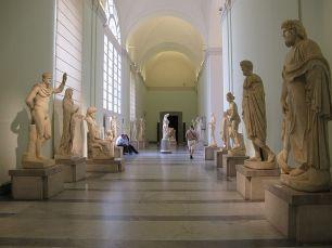 74 - Parte della collezione Farnese al museo archeologico di Napol