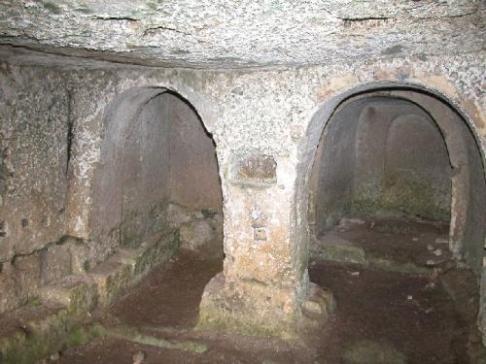 28 - La chiesa della Scaletta è affiancata da due altri vani intercomunicanti con l'aula. Il primo, è la cella del monaco attrezzata anche con una profonda cisterna, il secondo è la sepoltura del monaco ed è costituito da un ipogeo più piccolo con al centro la cassa scavata direttamente sul pavimento.
