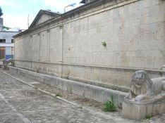 16,2 - Fontana Angioina Fu eretta nel 1298, in onore di Carlo D'Angiò, il quale soggiornò a Venosa nel settembre 1271 e nel giugno 1272. Presenta due leoni in pietra che hanno sotto i piedi un ariete, simbolo della forza dell'Impero Romano, (vista la provenienza romana dei leoni) posti alle estremità, una parte di colonna romana posta al centro (poco distante da essa) e ventidue piuoli in pietra che separano la piazza del Castello dalla Fontana. È anche un importante tappa per la processione, (dopo la lavanda dei piedi che si svolge in Piazza San Giovanni de Matha), dove Gesù viene tradito da Giuda Iscariota. Attualmente è di nuovo attiva, con un nuovo rubinetto.