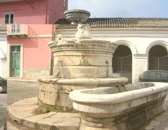 16,1 -Venosa - Fontana di San Marco Risalente a fine cinquecento, prese il nome probabilmente dai leoni che sorgevano di fronte. Veniva usata per abbeverare i cavalli. A fianco, c'era un lavatoio pubblico, adesso inutilizzato. È importante per la posizione dietro la Cattedrale. Attualmente fornisce di nuovo acqua.