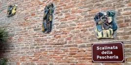 12 - Dalla piazza, una scalinata conduce attraverso ripide viuzze acciotolate alla Rocca Malatestiana, che domina il borgo e l'intera vallata dalla cima della collina.