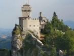 """13 - San Marino - Seconda torre o Cesta: Sul secondo picco del Monte Titano, il più alto, a 756 metri di altezza, si erge invece il Castello della Cesta, detta anche Fratta. Costruita alla fine del XI° secolo, anch'essa di pianta pentagonale, la Seconda Torre era la sede del corpo di guardia, accolse anche alcune celle delle prigioni. Verso la fine del XVI secolo, venuta meno l'importanza strategica, la Torre cadde in disuso fino al 1930 quando, nell'ambito dell'ammodernamento del Paese conseguente alla costruzione della ferrovia Rimini - San Marino si stabilì di restaurare i monumenti medioevali per incentivare l'afflusso turistico sul Titano. Oggi ospita il Museo delle Armi Antiche che comprende circa 535 oggetti tra armi bianche, armi in asta, armi da fuoco, archi, balestre, armature tutte risalenti a varie epoche tra il Medioevo e la fine dell'800. Il rimanente della collezione che nel suo complesso conta piu' di 1550 pezzi, si trova nel """"Centro di studi sulle armi dal medioevo al novecento"""" a Borgo Maggiore."""
