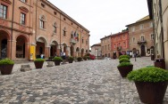 4 - Verucchio - Centro del borgo è piazza Malatesta, su cui si affaccia il Palazzo Comunale