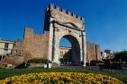 20 - Rimini - Arco di Augusto - Un arco trionfale o una porta di accesso. L'Arco d'Augusto dona alla città di Rimini tutto lo sfarzo degno di una antica città.