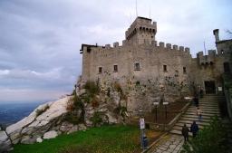 18- San Marino - fortificazioni della seconda Torre Cesta, che svettano dal monte titano
