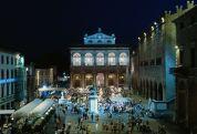 25- Rimini - Piazza-Cavour - La centralissima Piazza Cavour, probabilmente tardoromana, assunse dal Medioevo un ruolo primario, anzi, divenne il centro storico della città, il cuore di Rimini. Inizialmente si chiamava Piazza del Comune, poi fu chiamata Piazza della Fontana; dal 1862 ha il nome attuale.