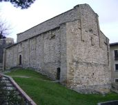 23 - San Leo- La pieve di Santa Maria Assunta. La pieve possiede un impianto basilicale a tre navate. Le mura, in conci di arenaria, calcare e pietre d'altro genere, sono scandite da lesene poggianti su ampi basamenti a zoccolo.
