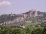 3 - San Leo, detta già Montefeltro, è situata a metri 583 s.m., a 32 km. da Rimini, nella Val Marecchia (SS 258), su un enorme masso roccioso tutt'intorno invalicabile; vi si accede per un'unica strada tagliata nella roccia.