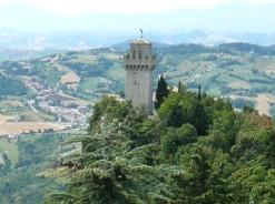 23 - San Marino - La terza torre la Montale . La torre duecentesca Montale ha la particolarità di essere priva della cinta muraria