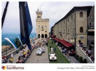 27 - Repubblica di San Marino con un'immagine di Piazza della Libertà attraversata dalle auto storiche. mille-miglia_t
