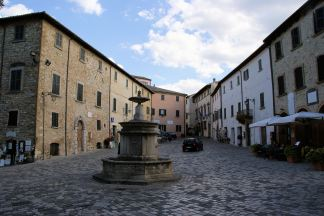 31 - San Leo. Piazza Dante e fontana