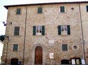 33 -San Leo - Il Palazzo dei Conti Nardini con la sua mole imponente definisce l'aspetto della piazza centrale di San Leo.