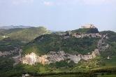 4 - San Leo. Sulla punta più alta dello sperone si eleva l'inespugnabile Forte, rimaneggiato da Francesco di Giorgio Martini, nel XV secolo, per ordine di Federico lll da Montefeltro.