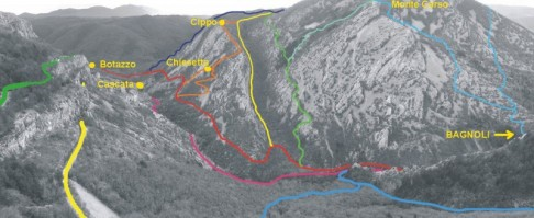 73,1 -Trieste. Mappa del monte Carso. Tra gli itinerari più conosciuti del Carso vanno annoverati la Val Rosandra (alla cui imboccatura si trova il Monte Carso, la cui altezza tocca appena i 456 metri(Riserva Naturale Val Rosandra. La Val Rosandra (in sloveno Dolina Glinščice), situata nei pressi di Trieste tra il comune di San Dorligo della Valle (Dolina) e quello sloveno di Erpelle-Cosina (Hrpelje-Kozina), è una valle incisa dal torrente Rosandra (sloveno Glinščica). Alcune delle sue caratteristiche, quali l'aspetto selvaggio, con rupi, ghiaioni e pareti a strapiombo, o la cascata del torrente seguita dalle forre che esso attraversa, nonché la presenza di un elevato numero di grotte, hanno reso la Val Rosandra meta di esplorazioni speleologiche, oltre che una palestra di roccia e sito di studio dei fenomeni carsici. La Val Rosandra è una delle mete più amate dagli escursionisti triestini; la principale via d'accesso per i sentieri di fondo valle è dall'abitato di Bagnoli della Rosandra.