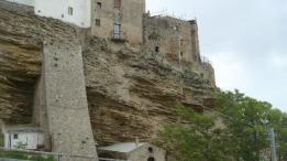 4 - Acerenza, sostegni di cemento che pare sorreggono la città costruita su tufo