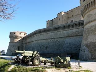 44 - San Leo. Veduta della Fortezza e i tre cannoni.