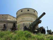 45 - Veduta di una torre della Fortezza di San Leo e di tre cannoni.