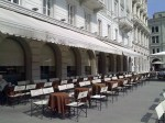 34 - Trieste- Piazza Unità d'Italia- Caffé degli Specchi - Scrittori, poeti e caffé di Trieste sono un trinomio inscindibile: Svevo, Saba, Stendhal e altri si sono seduti ai tavoli dei caffé storici di Trieste. In molti di questi, nulla è cambiato da quando lo frequentavano loro ed oggi sono delle vere e proprie attrazioni turistiche. Da non perdere il Caffé degli Specchi in Piazza Unità, il Caffé Tommaseo del 1830, il più antico di Trieste. Gli intellettuali di ieri e di oggi si incontrano al Caffé San Marco mentre il Caffé Pirona è sempre il posto dove gustare o comprare i dolci tipici, accolti dalla foto di James Joyce che sembra approvare.