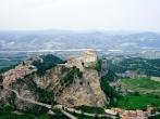 5 - San Leo -L'antichissima città che fu capoluogo (dall'origine alla fine) della contea di Montefeltro e teatro di battaglie civili e militari per circa due millenni, assunse con Berengario II il titolo di Capitale d'ltalia (962-964). S. Leone (sec. IV d.C.) ne fu l'evangelizzatore.