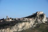 """6 - San Leo. La città ospitò Dante (""""Vassi in San Leo..."""") e S. Francesco d'Assisi, che qui ricevette in dono il Monte della Verna dal Conte Orlando di Chiusi nel Casentino (1213). Si conserva ancora la stanza ove avvenne il colloquio fra i due uomini."""