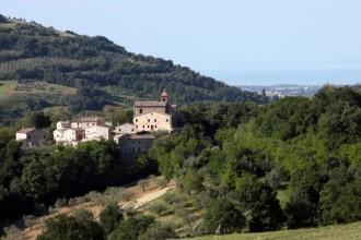 43- Cerreto di Saludecio - Le poche case del borgo sono ormai quasi tutte disabitate, e nelle deserte viuzze del borgo, aleggia quella strana sensazione di un luogo dove anche il tempo, rimasto solo, si è fermato.