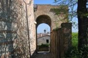 22 - Santarcangelo-di-Romagna- Porta del Campanone Vecchio - - Così chiamata poiché fino alla fine dell'Ottocento era sovrastata dalla torre campanaria del paese ma averso la fine del 1800 la popolazione decise di abbatterla, considerandola fatiscente. Risalente al XI – XII sec., costituisce il più antico accesso della prima fortificazione costruita sul colle Giove. Oggi sono ancora visibili i resti della prima cinta muraria di Santarcangelo di Romagna in prossimità della porta.