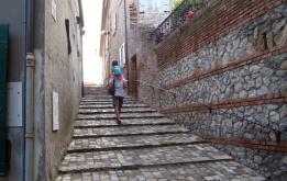 29 - santarcangelo-Il borgo è attraversato da stradine e scalinate che si arrampicano fino alla cima, sovrastata dalla Rocca Malatestiana